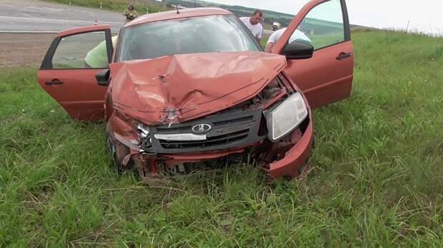Двое взрослых и двое детей пострадали в Малопургинском районе из-за не уступившего дорогу водителя