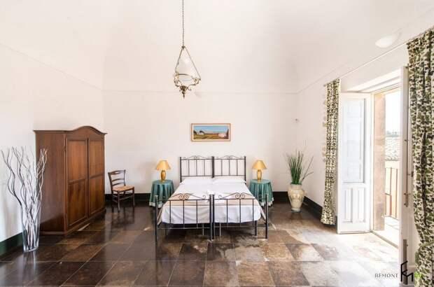 Просторная спальня в доме