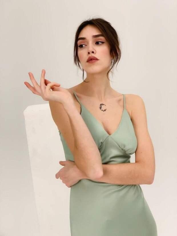 девушка в платье-комбинации фисташкового цвета