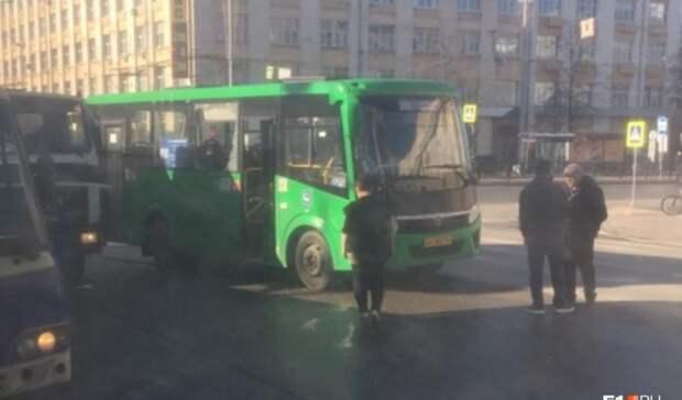 «Окно высыпалось напассажиров»: вЕкатеринбурге автобус столкнулся соспецтехникой