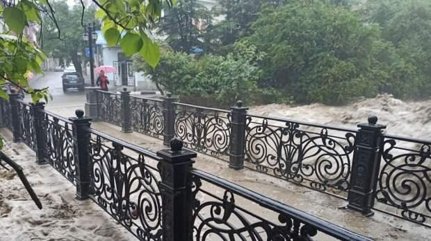 Власти Ялты сообщили об уходе воды из большей части подтопленного города