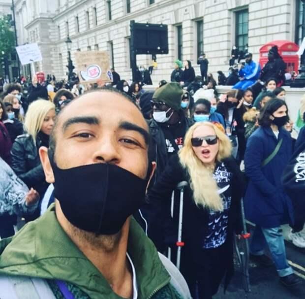 Мадонна с поклонником на митинге в Лондоне