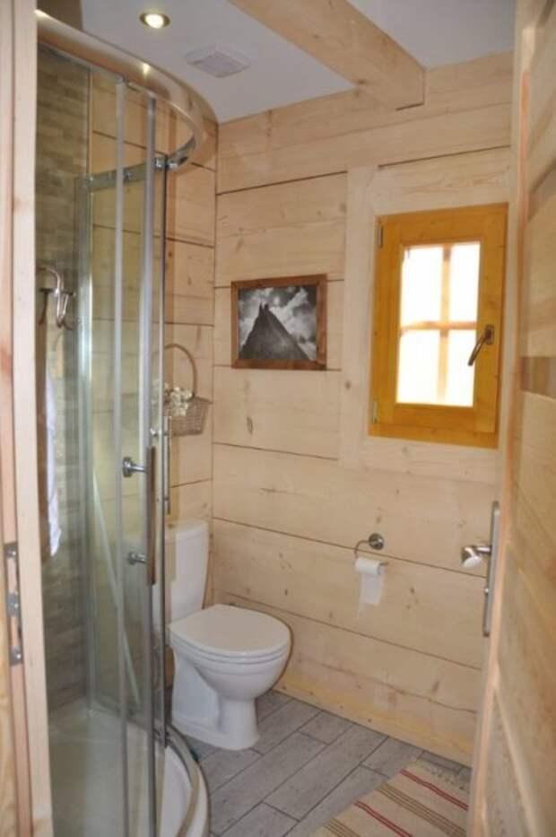Ванная комната в маленьком бревенчатом доме «Stunning Gate Lodge».   Фото: tinyhousetalk.com.