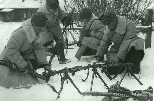Советские военнослужащие осматривают трофейные немецкие пулеметы, захваченные в ходе битвы за Москву Великая Отечественная война, Советский народ, история