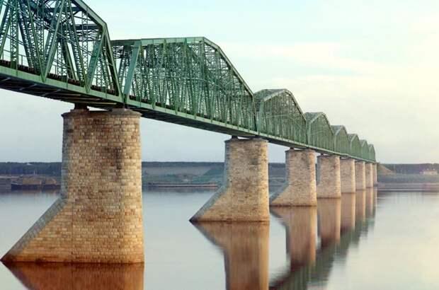 Металлический мост со сквозной фермой на каменных опорах – часть Транс-Сибирской железной дороги – пересекает реку Кама, недалеко от Перми. (Prokudin-Gorskii Collection/LOC) империя., путешествия, цветное фото