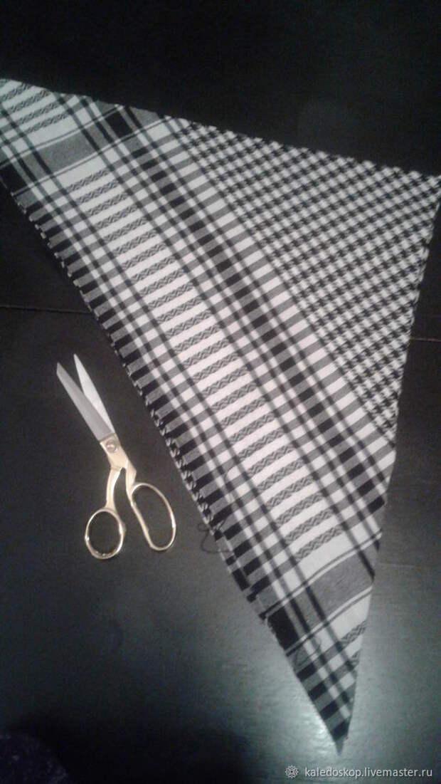 Мастерица достала из шкафа старый черно-белый платок и соединила его концы в кольцо