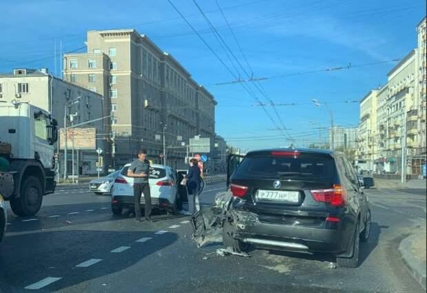 Таксист протаранил «баварца» на Шоссе Энтузиастов
