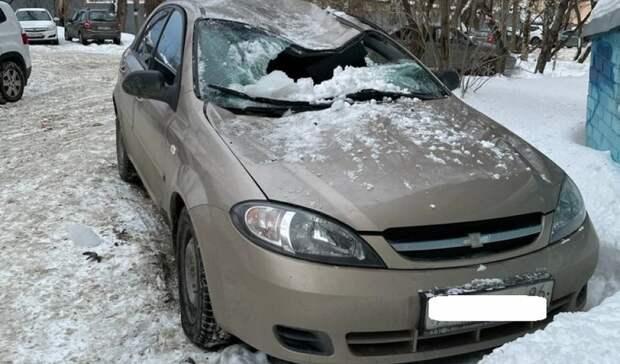«Могла убить»: вЕкатеринбурге упавшая сдевятиэтажки глыба льда уничтожила иномарку