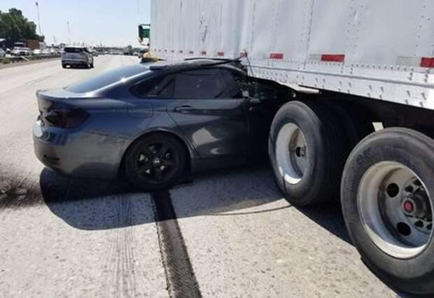 Дорогие шашечки: лихач на Infiniti загнал BMW под грузовик