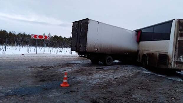 В Тюменской области столкнулся автобус с грузовиком, есть погибшие