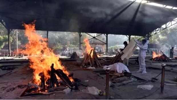 Ковидный ад: в Индии крематории не справляются, погибших сжигают прямо на улицах..
