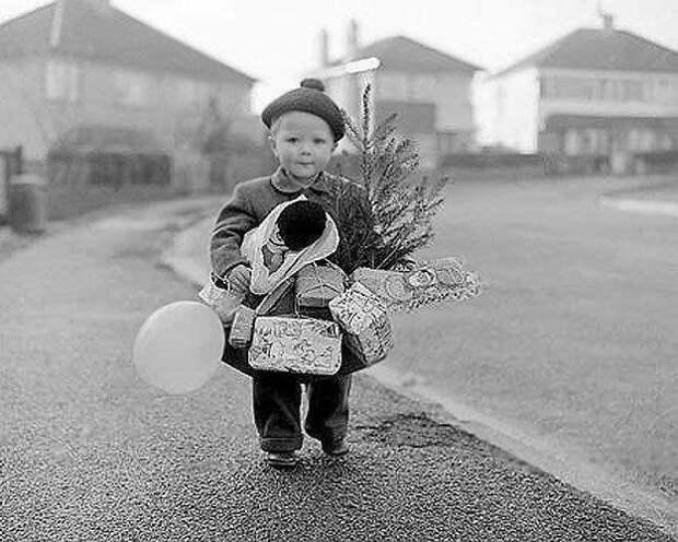 Мальчик с полным рождественским набором, 1934 год знаменитости, исторические фотографии, история, редкие фотографии, фото