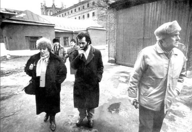 Галина Старовойтова, Антуан Аракелян и Олег Басилашвили во дворе тюрьмы «Кресты» как наблюдатели за голосованием по референдуму о сохранении СССР, Ленинград, март 1991г.