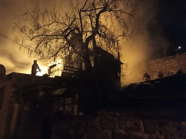 Ночной пожар полностью уничтожил двухэтажный дом в Ялте