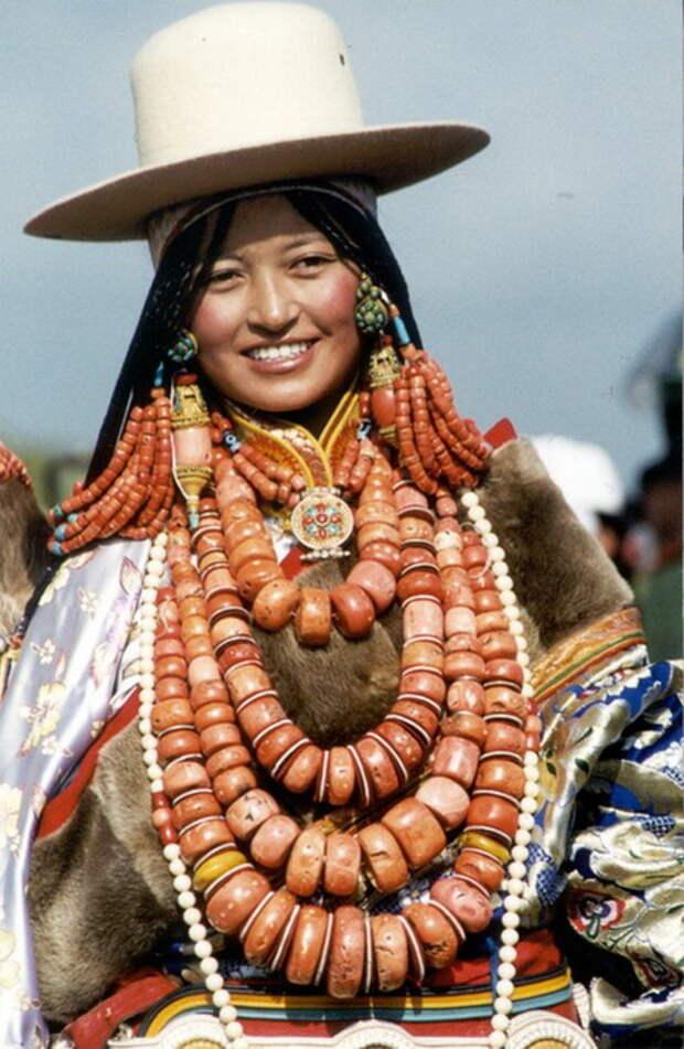 Женщина с ожерельем