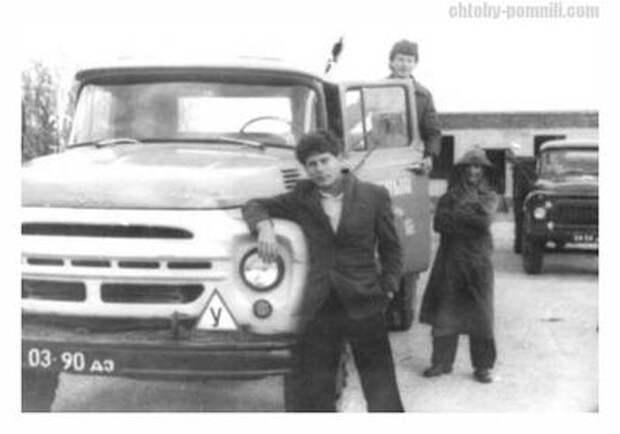 Водительское удостоверения Юрия Клинских 1999 года, а также фотография времен его обучения в ДОСААФ СССР.