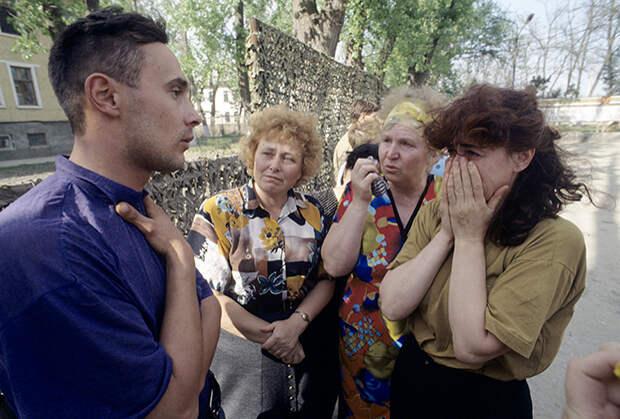 Солдатские матери во время разговора с освобожденным из плена российским солдатом в Чечне. 1996 год