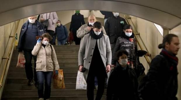 Привитым от COVID-19 петербуржцам всё-таки придётся носить маски