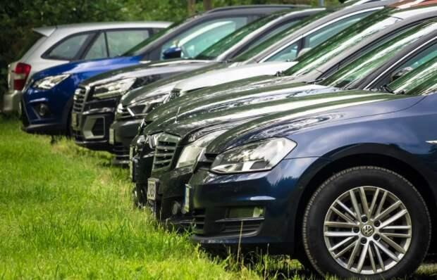 Водитель Мерседеса превратил газон на Малахитовой в личную парковку