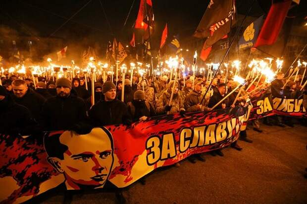 Факельное шествие в Украине в честь Бандеры.