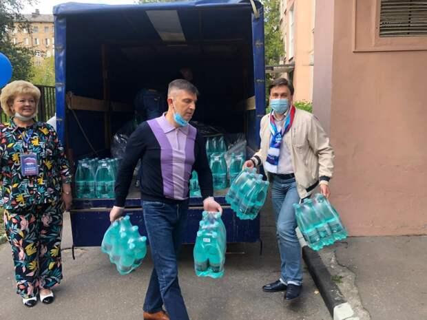 Активисты передали медикам Северного округа две с половиной тысячи бутылок с водой. Поставить источник фотографии: Фото - Топор Юлия Андреевна