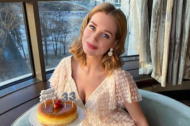 Кристина Асмус отметила 33-летие с Александром Петровым и резидентами Comedy Club