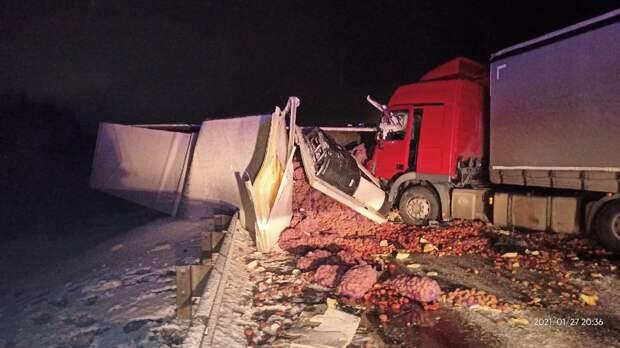 В Ленобласти в аварии с участием четырёх грузовиков погиб человек