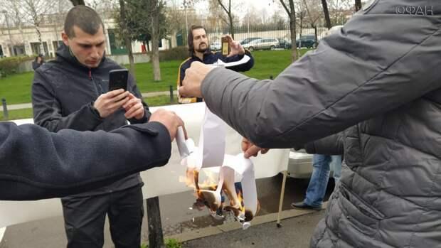 Под песню «Священная война» болгары скандировали «НАТО вон» у посольства США. Колонка Владимира Тулина