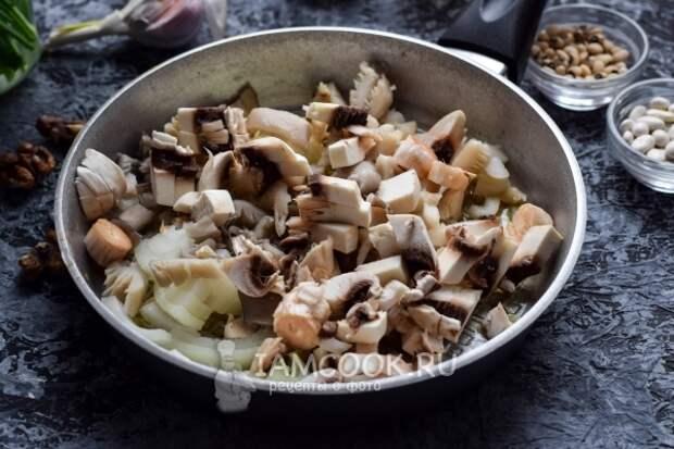 Положить грибы