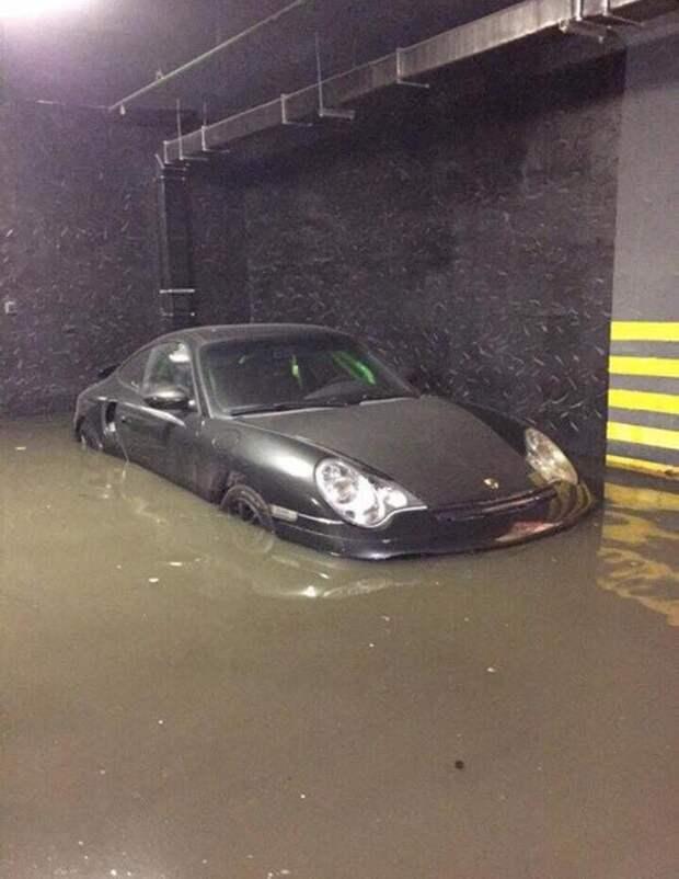 Жильцы дома рассказали, что потоки дождевой воды в считанные минуты заполнили помещение подземного паркинга. parking, авто, видео, дождь, парковка, потоп, стихийное бедствие, ущерб