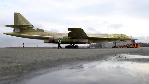 Опытный образец самолета Ту-160М2 во время выкатки на Казанском авиационном заводе имени С.П. Горбунова. 16 ноября 2017 года