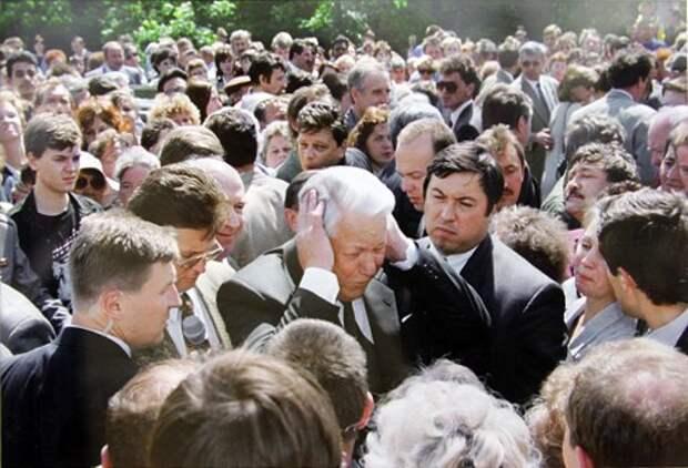 Президент РФ Борис Ельцин во время беседы с жителями Твери. Тверская область. РФ. 1996 год.
