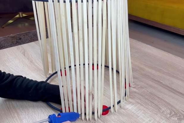 Попробуйте соединить металлические обручи и деревянные шпажки. Получится полезная вещь в доме