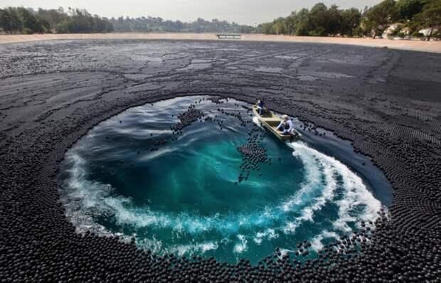 «Черное поле»: зачем власти Лос-Анджелеса высыпали 96 млн шаров в водохранилище