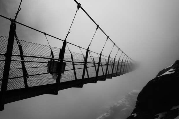 Швейцарии. Энгельберг. Подвесной мост Титлис Клифф. Длина — 100 метров. (Poppy997)