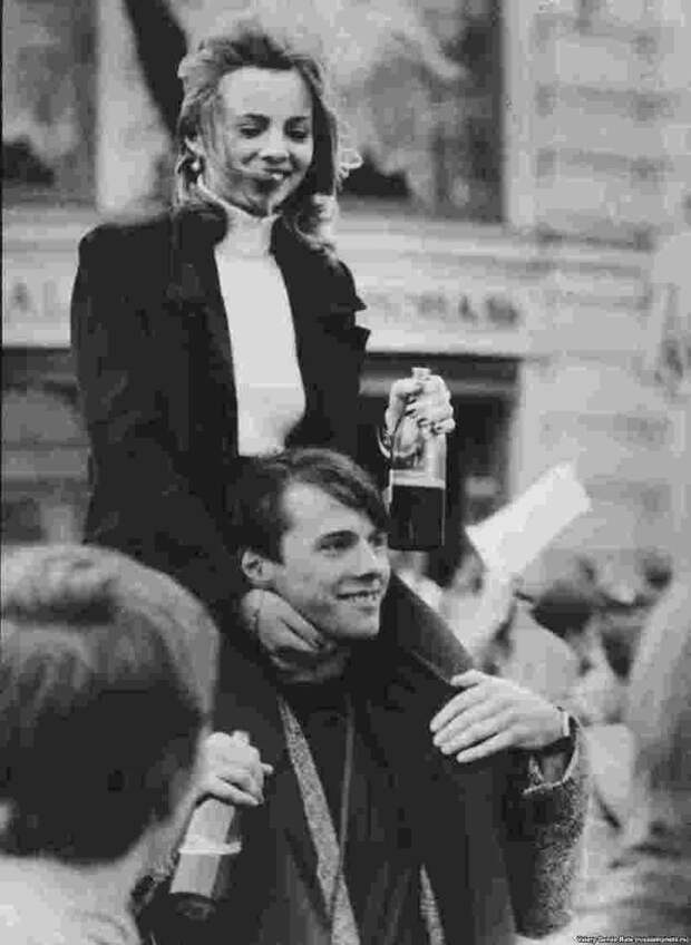 Молодые люди отмечают 850-летие Москвы, 1997 год. Гулянья продолжались целую неделю. 90-е, СССР, фото