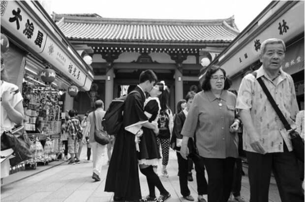 Даже в сдержанной Азии, не скупятся на чувства. Снимок из серии «Сто поцелуев». Автор фото: Игнасио Леманн (Ignacio Lehmann).