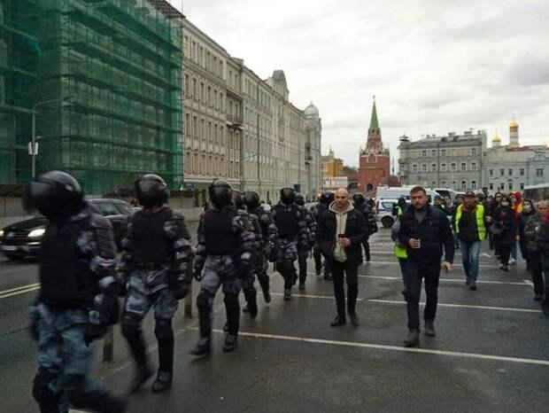 ОМОН выдвинулся к протестующим на Тверской в Москве