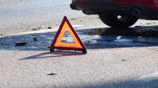 Автомобиль врезался в здание магазина на Баррикадной улице в Москве. Видео