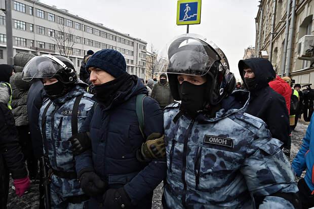 Около 900 человек задержаны на незаконных митингах по всей России