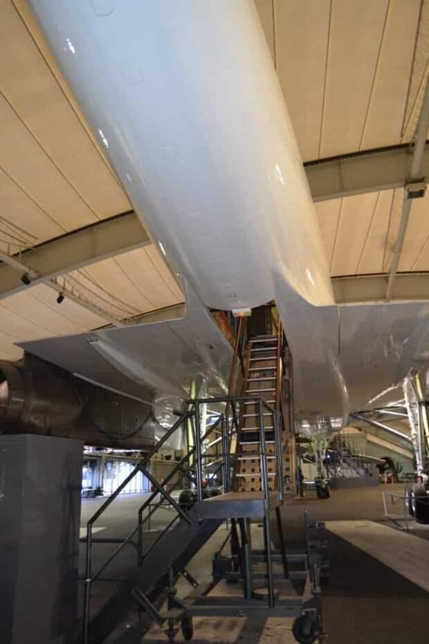 Входим в первый летный опытный образец «Конкорда». На серийных самолетах пассажиры входили по трапу через двери сбоку фюзеляжа, как на обычных авиалайнерах