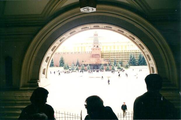 А 26 августа в ЭкспоЦентре на Пресне стартовало Moscow International Motor Show 1998. Люди еще плохо понимали, что происходит... автовыставка, автосалон, выставка, ретро фото
