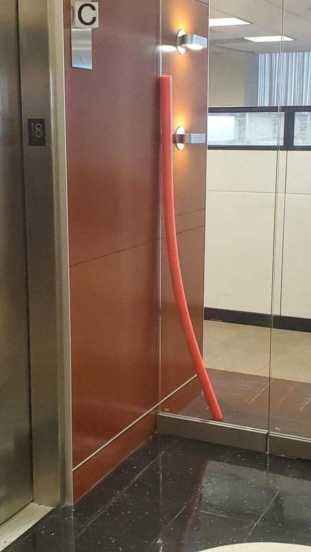 8. С какой стороны стеклянной двери стоит эта штука?