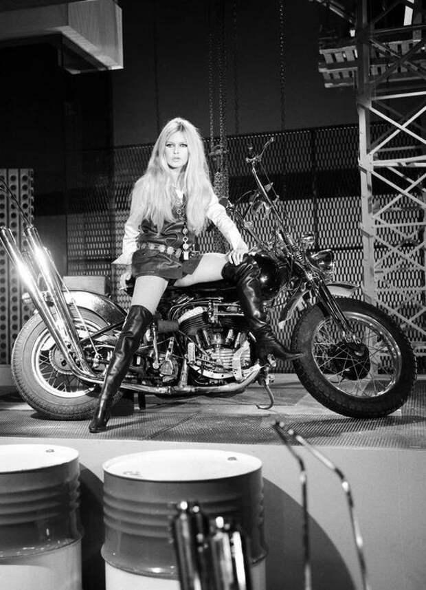 Мотоциклистка Брижит Бардо.