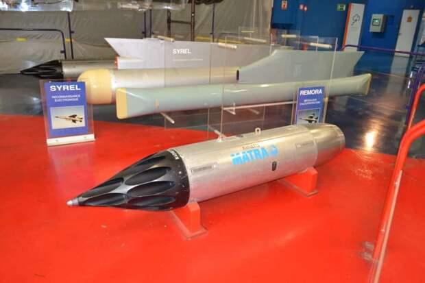 Контейнер с 78-мм неуправляемыми ракетами – разработка французской фирмы Matra. Это был один из основных компонентов вооружения и многоцелевого самолета «Мираж» III, с которого мы начали сегодняшнюю экскурсию по Музею авиации и космонавтики Ле-Бурже, и сделанному на его базе ударного самолета «Мираж» 5, но также и «Ягуара», и многоцелевого истребителя-бомбардировщика «Мираж» F1, о котором речь ниже