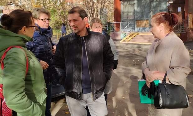Сергей Аганеев с жителями. Фото: управа Бабушкинского района.