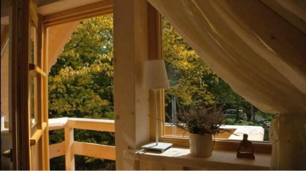 Из большой спальни есть выход на балкон («Stunning Gate Lodge»).   Фото: youtube.com/ © Vuong Le.