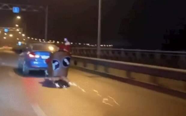 Полиция оштрафовала водителя BMW, прокатившего Санту на санях