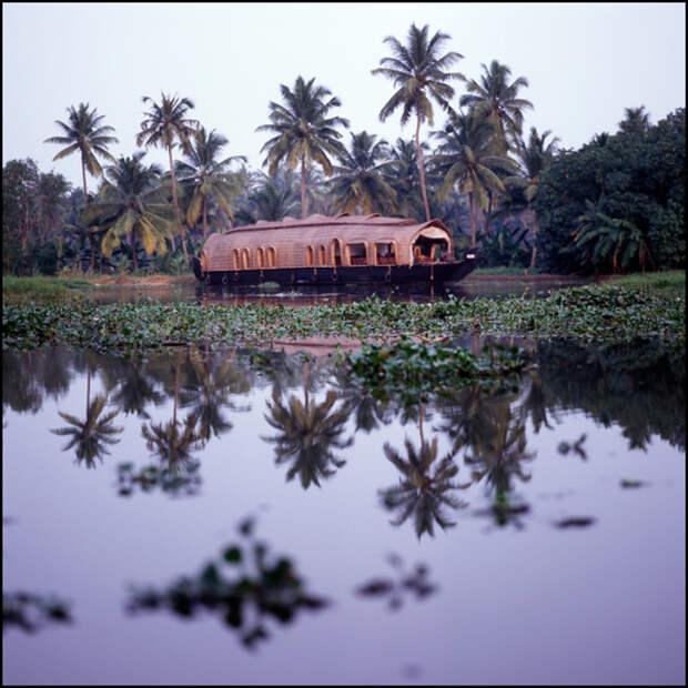 Хаусботы – развлечение для туристов, неспешное путешествие на пару дней на корабле аля «all inclusive» по бесконечным канал штата Керала. Живописно, но невероятно однообразно.