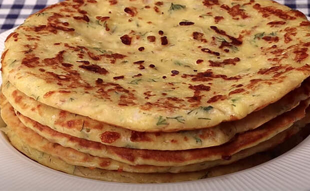 В тесто для блинов добавили зелень и колбасу. Стало так сытно, что можно есть на обед и ужин